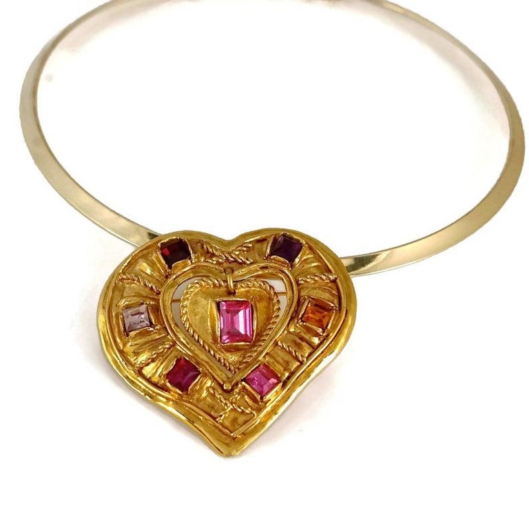 Vintage CHRISTIAN LACROIX NOEL 1992 Limited Edition Jeweled Heart Brooch Pendant Necklace  Measurements: Height: 2 4/8 inches (6.3 cm) Width: 2 4/8 inches (6.5 cm)  Features: - 100% Authentic CHRISTIAN LACROIX. - Chunky gilt heart with rope