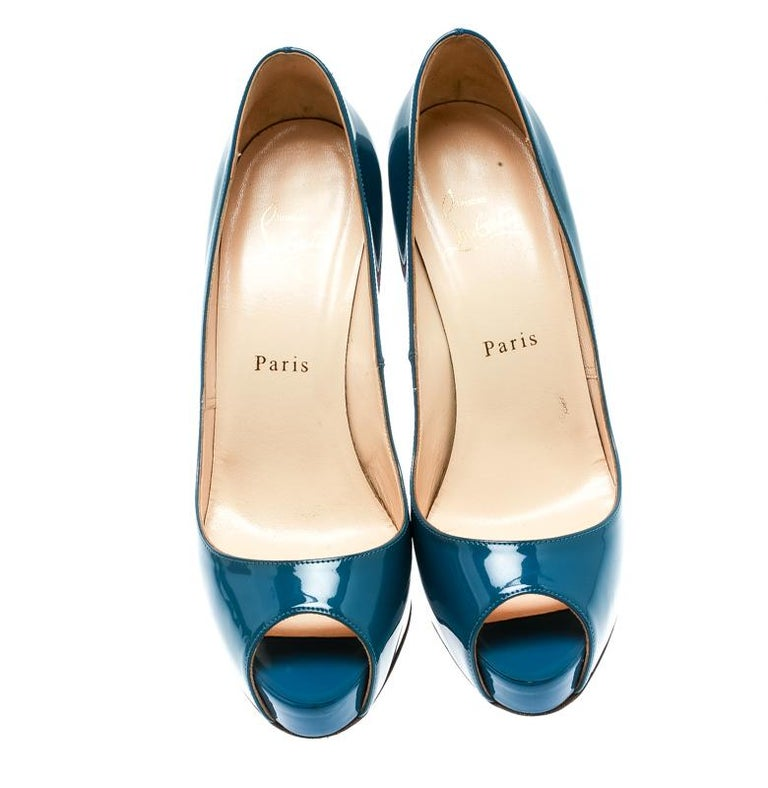 Christian Louboutin has come out with yet another pair of pleasant yet trendy New Very Prive pumps. These brilliant pumps are crafted with patent leather in a blue hue. The exterior of the pair flaunts a gleaming finish giving it a glamorous touch