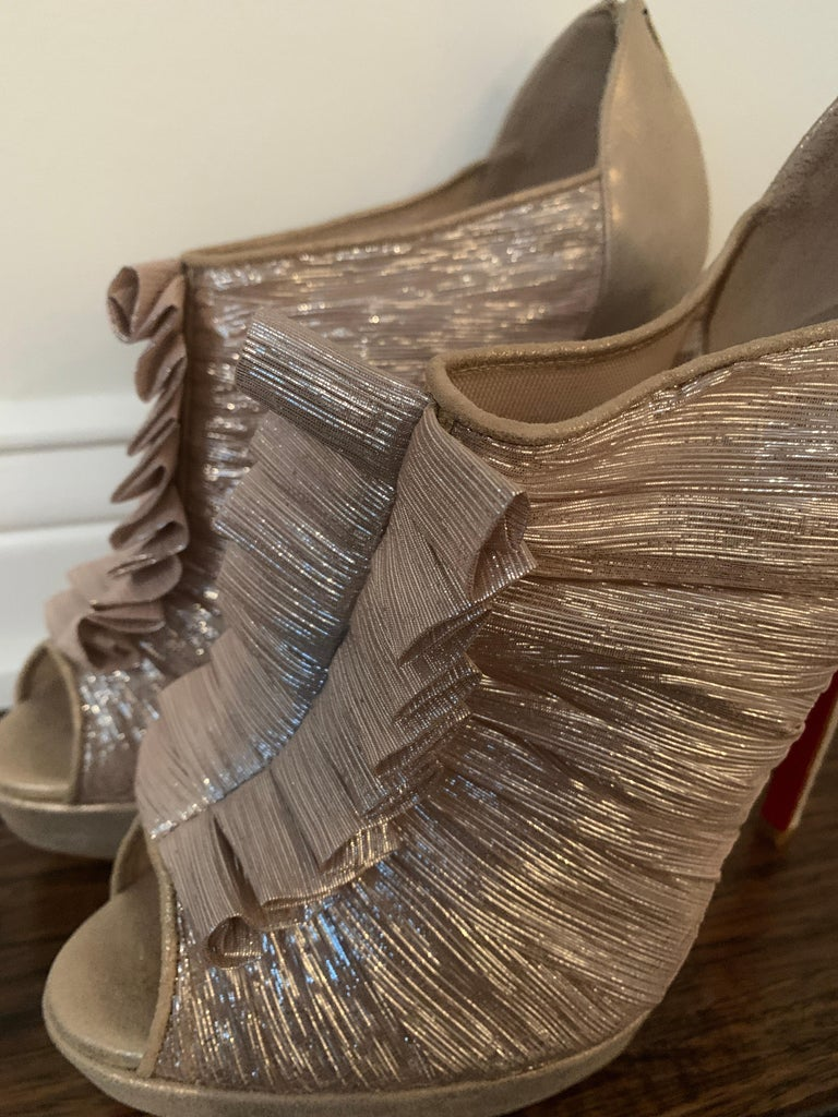 Christian Louboutin Gold Silk Ruffle Stiletto Heels Size 40  In New Condition For Sale In Los Angeles, CA