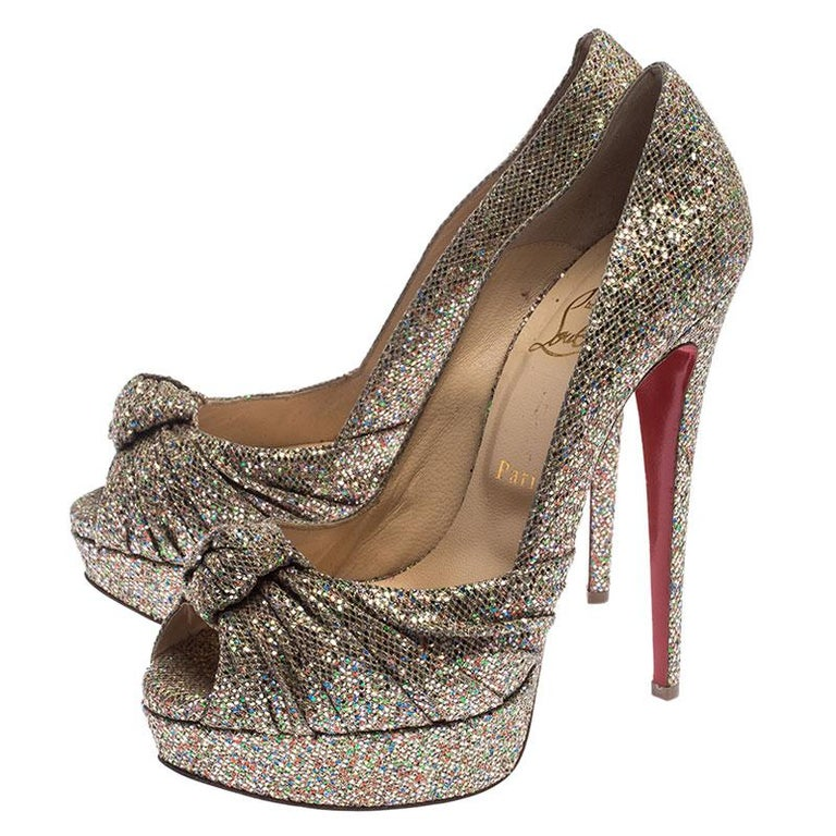Christian Louboutin Metallic Gold Glitter Fabric Knotted Peep Toe Pumps Size 39 In Good Condition For Sale In Dubai, Al Qouz 2