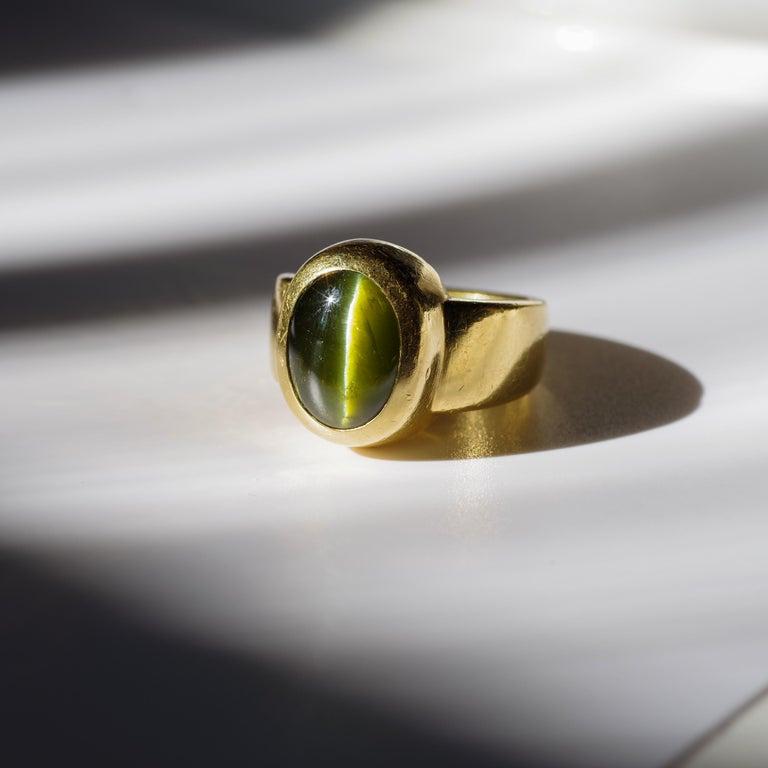 Men's Ring Rare Cat's Eye Chrysoberyl is Acid Green 11.5 Carat and 22 Karat Gold For Sale 7