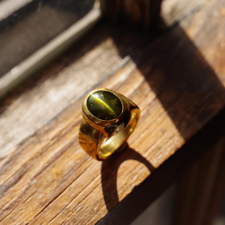 Men's Ring Rare Cat's Eye Chrysoberyl is Acid Green 11.5 Carat and 22 Karat Gold For Sale 9