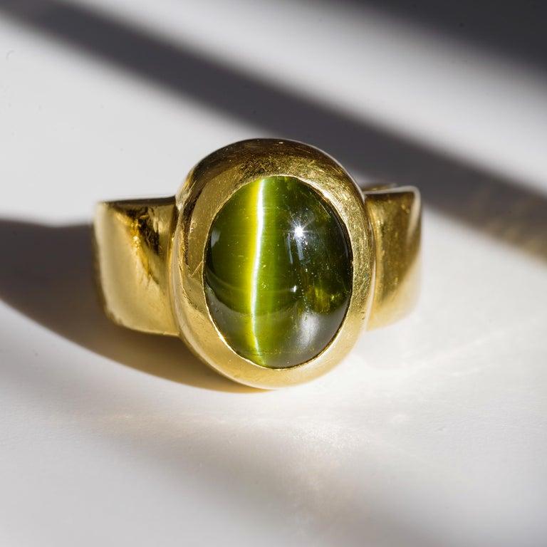 Men's Ring Rare Cat's Eye Chrysoberyl is Acid Green 11.5 Carat and 22 Karat Gold For Sale 8