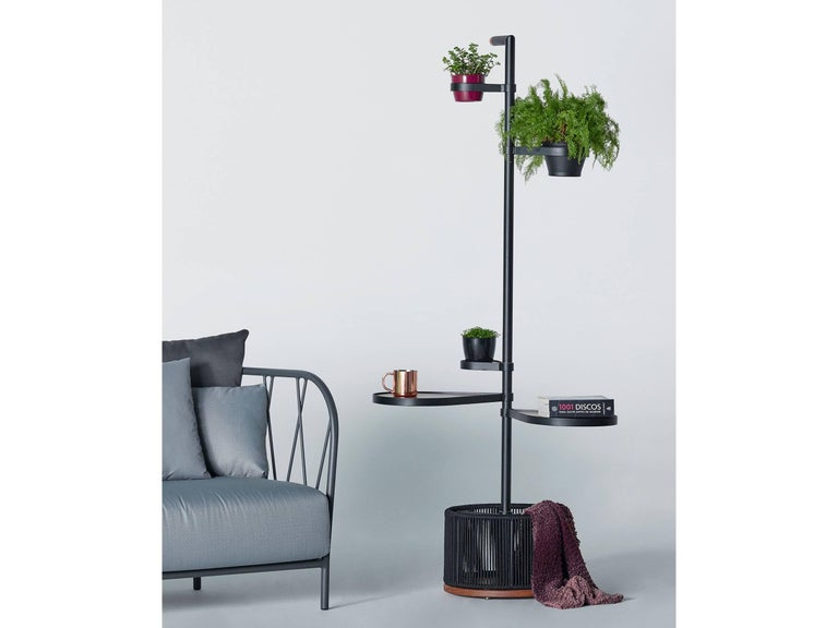 This multifunctional structure made of aluminum and wood simultaneously supports the functions of tabletop, clothes rack, pot holders and hangers. A piece with very particular characteristics that composes great versatility for balcony environments.