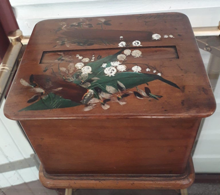 Charming square table cigar box, with automatic system to serve cigars.