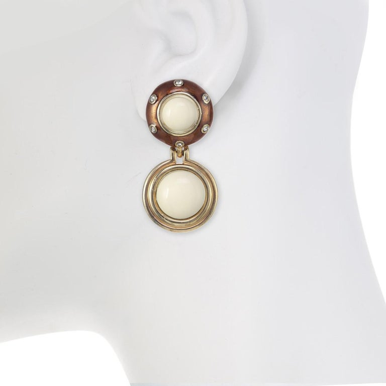 A splash of color and a sprinkle of movement makes the Rhythm Button Earring the perfect accessory for every season!  Materials:  Pewter  18K Gold Plating  Crystal Velvet Rhinestones  Clip Back  Dimensions: Length: 2 1/2