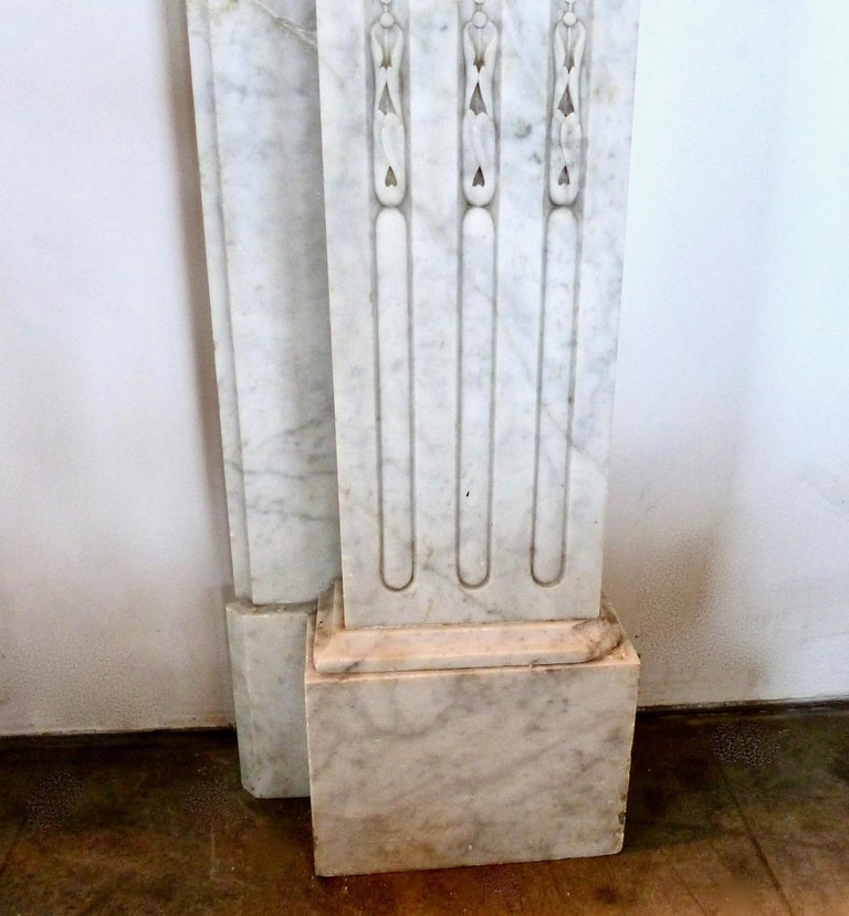 French Carrara Marble Louis XVI Fireplace Mantel Surround, circa 1860 In Good Condition For Sale In Surrey, BC