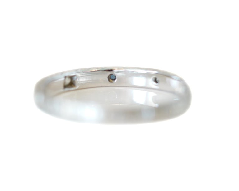 Round Cut Art Deco Diamond and Sapphire Engraved 18 Karat Gold Vintage Band, circa 1930s For Sale