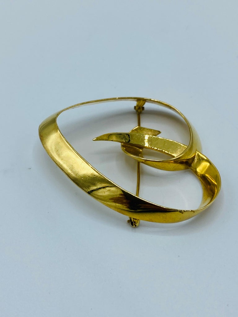 Circa 1983 Tiffany & Co. Paloma Picasso Yellow Gold Heart Brooch In Excellent Condition In Beverly Hills, CA