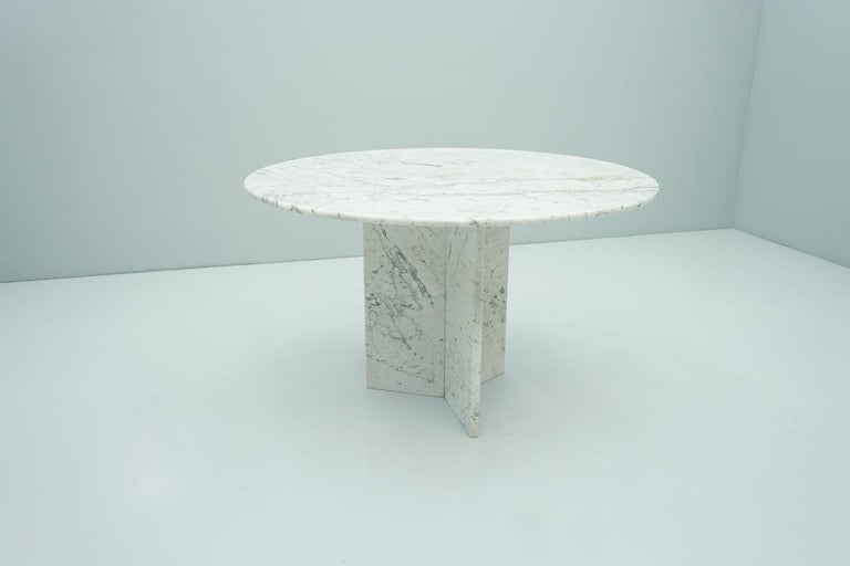 White and grey marble dining table in 120 cm diameter (47 in), Italy 1970s.  Very good condition.
