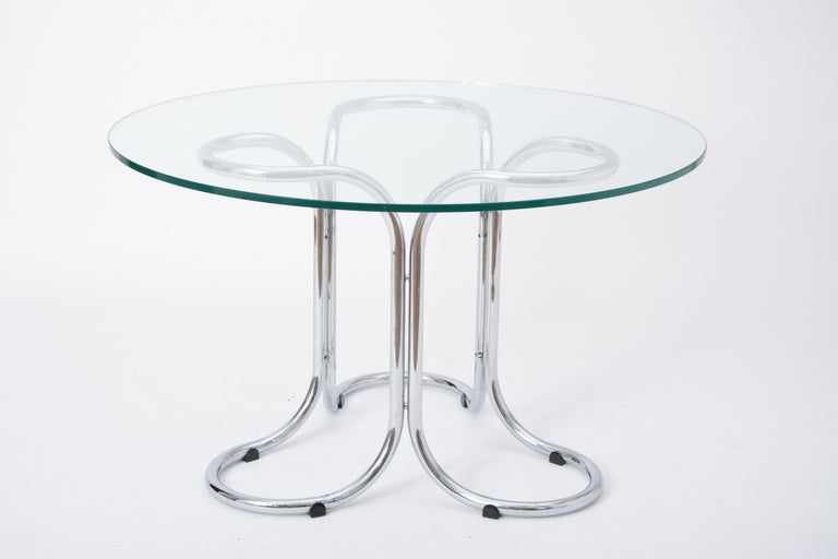 Circular Mid-Century Modern Glass Table in the Style of Giotto Stoppino In Good Condition For Sale In Berlin, DE