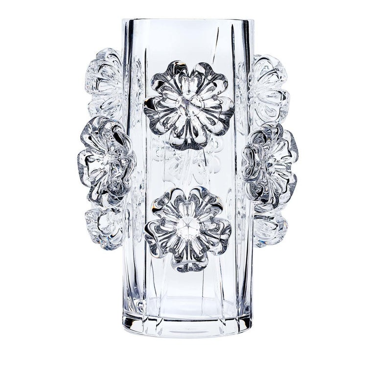 This stunning vase was crafted entirely by hand and is part of the Cistus collection. It was made of crystal with over 24% PbO in a timeless conical shape creased with vertical grooves that create a dynamic texture. The standout element of this