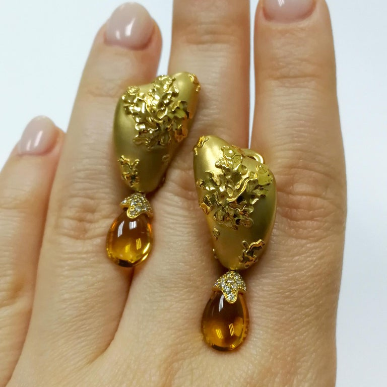 Contemporary Citrines 6.17 Carat Champagne Diamonds 18 Karat Yellow Gold Moss Earrings For Sale