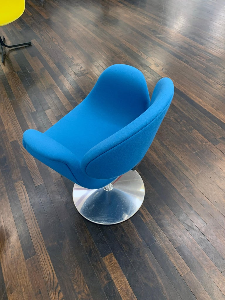 Classic Artifort Swivel Blue Little Tulip Armchair in Fabric In Good Condition For Sale In New York, NY