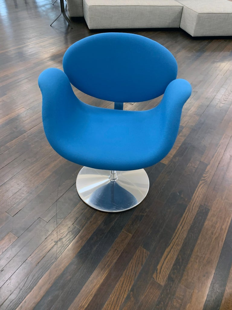 Classic Artifort Swivel Blue Little Tulip Armchair in Fabric For Sale 1