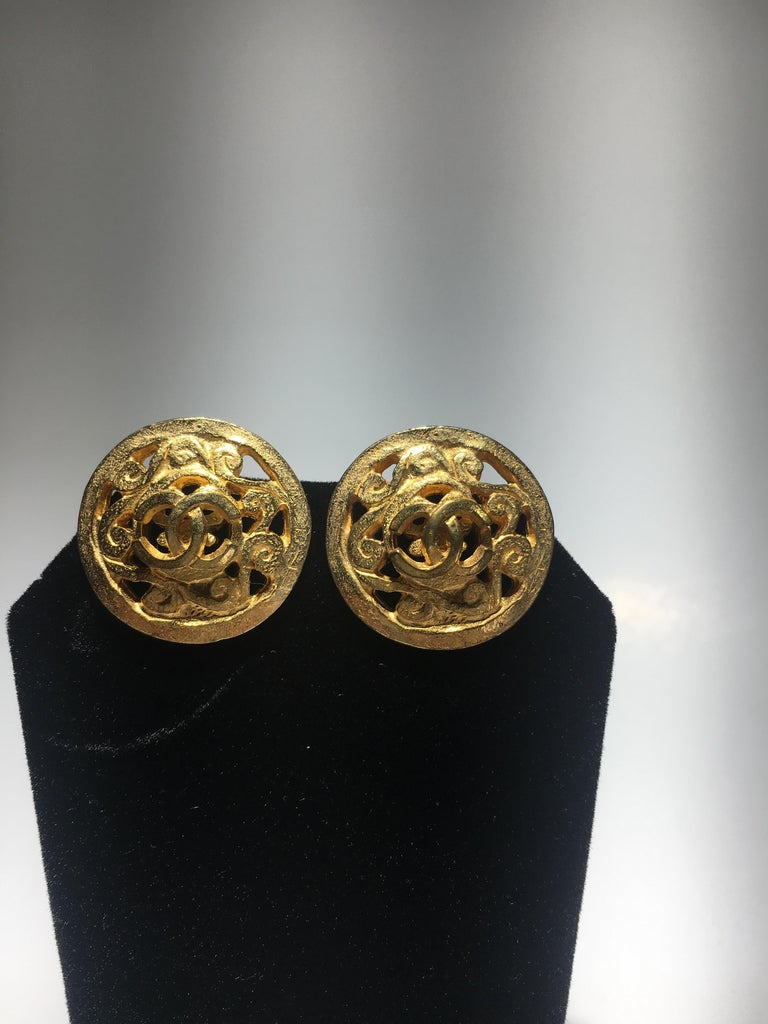 Classic Chanel Gold Earings, Great Gutsy Scale. For Sale 2