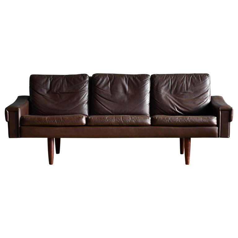 Classic Danish 1960s Midcentury Sofa in Chestnut Colored Leather by Georg Thams For Sale