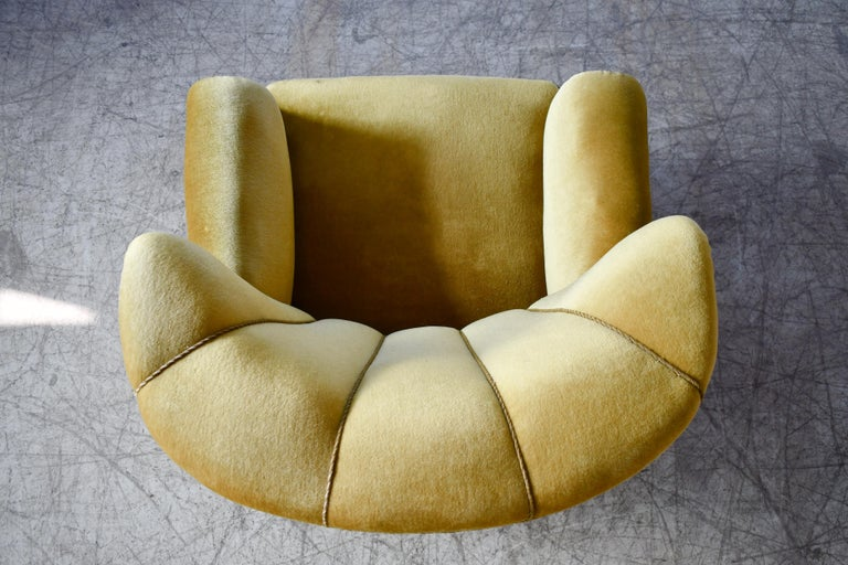 Classic Danish Large-Scale Club or Lounge Chair Model 1518 by Fritz Hansen Made For Sale 6