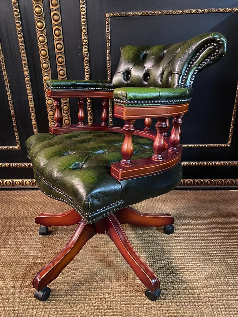 Classic English Chesterfield Captains Office Chair Swivel and Tilt on Castors In Good Condition For Sale In Berlin, DE