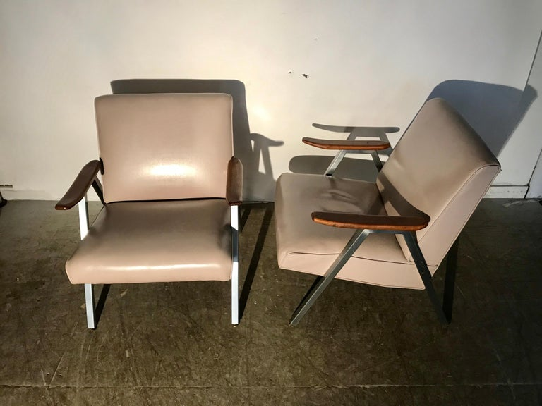 Classic Pair of Royal Chrome Aluminum Lounge Chairs For Sale 4