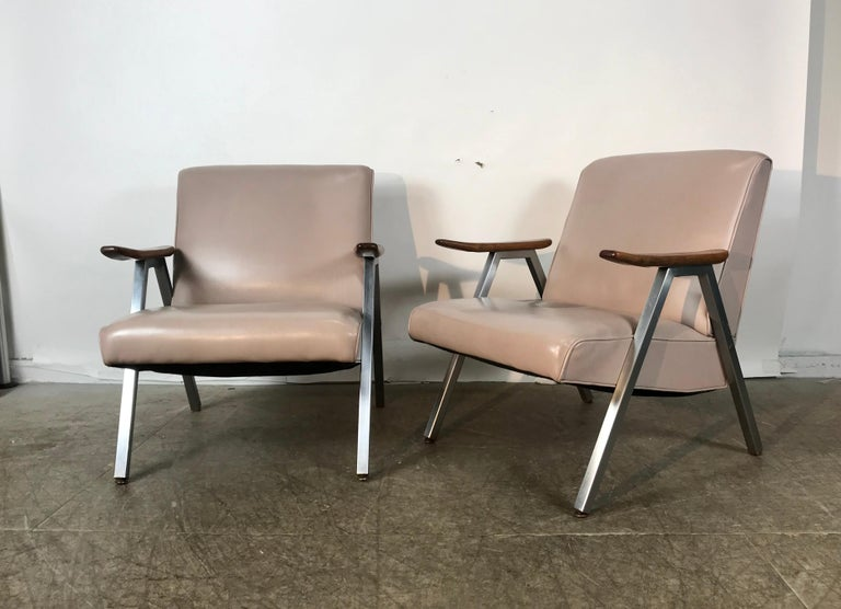 Classic Pair of Royal Chrome Aluminum Lounge Chairs For Sale 1