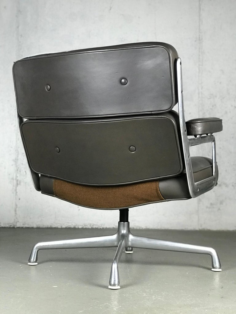 Classic Time Life Lounge Chair by Charles and Ray Eames for Herman Miller In Fair Condition In St.Petersburg, FL