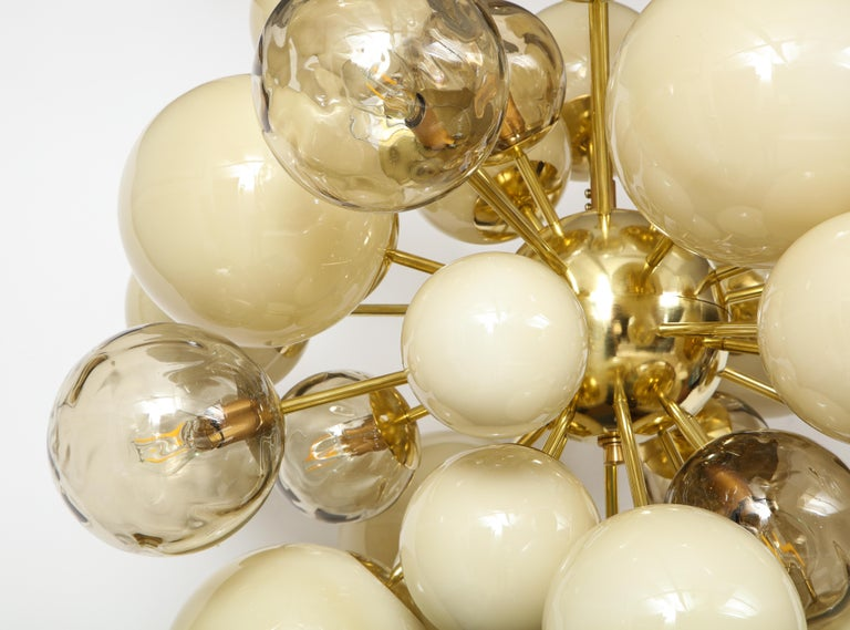 Clear Smoked and Opaque Ivory Murano Glass and Brass Sputnik Chandelier, Italy For Sale 5