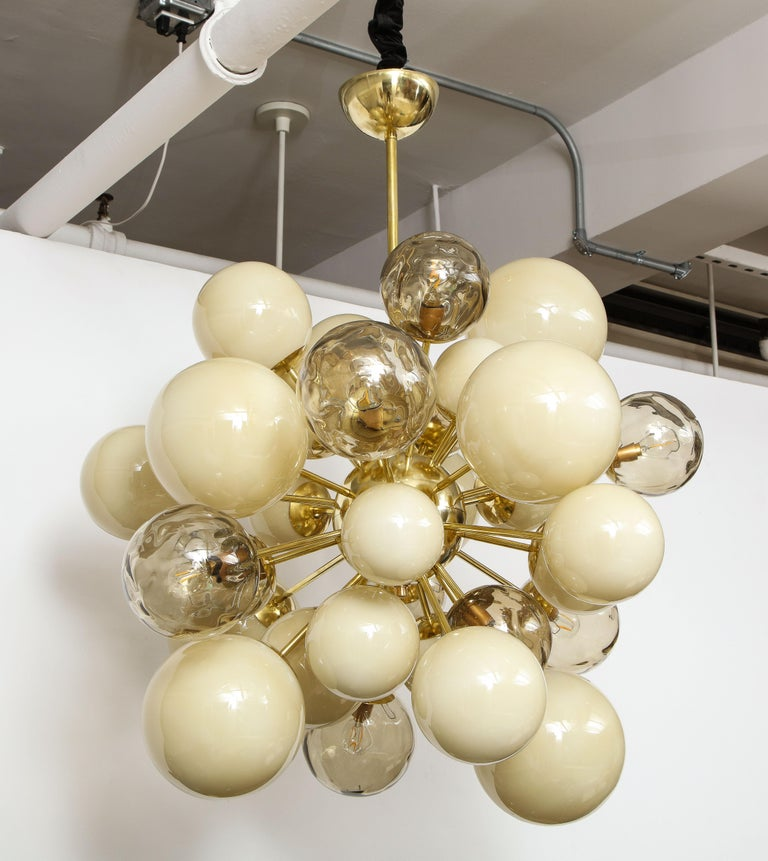 Clear Smoked and Opaque Ivory Murano Glass and Brass Sputnik Chandelier, Italy For Sale 8