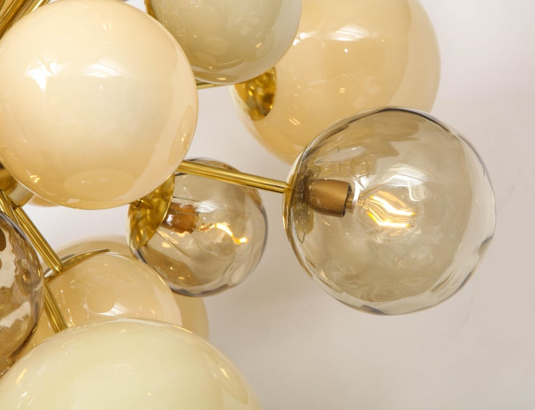 Clear Smoked and Opaque Ivory Murano Glass and Brass Sputnik Chandelier, Italy In New Condition For Sale In New York, NY