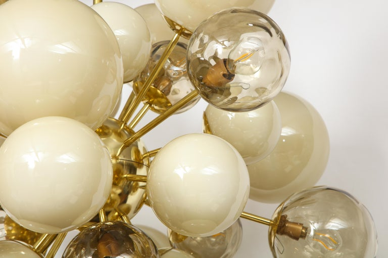Clear Smoked and Opaque Ivory Murano Glass and Brass Sputnik Chandelier, Italy For Sale 2