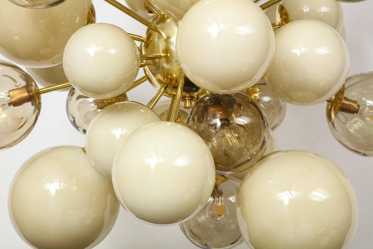 Clear Smoked and Opaque Ivory Murano Glass and Brass Sputnik Chandelier, Italy For Sale 4