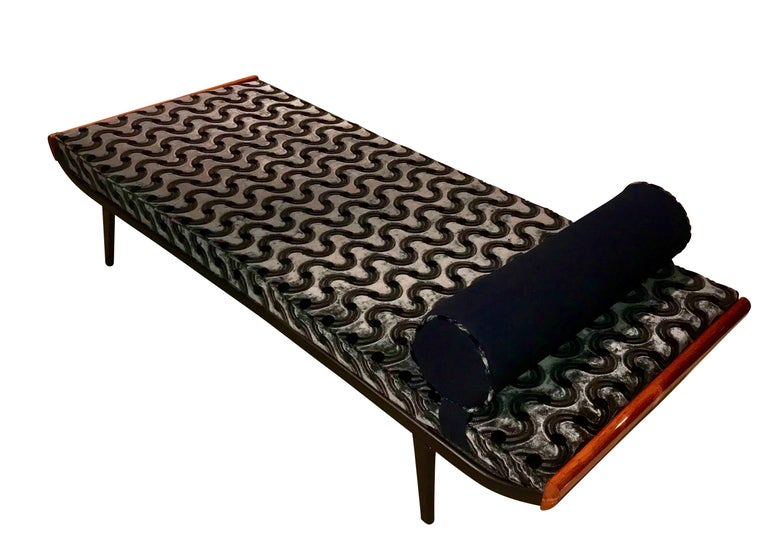 Iconic and very comfortable Mid-Century design daybed / Chaise lounge   The 'Cleopatra' daybed has been designed by Dick Cordemeijer for Auping and released in 1954.  Very good restoration.  The original metal frame has been newly lacquered with the