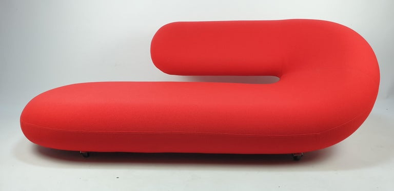 This model Cleopatra chaise longue was manufactured by Artifort in the 1970s and designed by Geoffrey Harcourt. It has the original high-quality Kvadrat wool fabric and it is in very good condition. Very comfortable and elegant. It is a piece of art