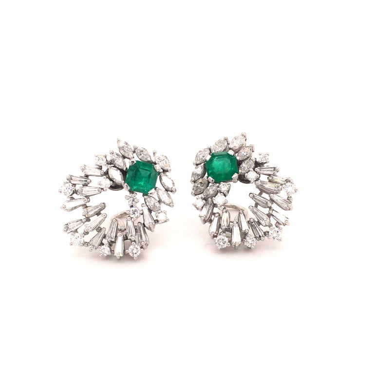 Cluster Emerald and Diamond Earclips in 18 Karat White Gold In Good Condition For Sale In Lucerne, CH