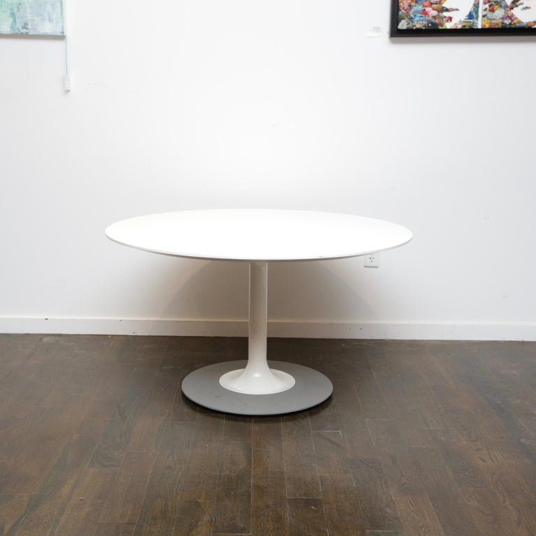 This a nice twist on the iconic tulip table. This mimics more of the effect of paint being poured than the Saarinen version. Nice, heavy weighted base helps plant the table and adds to its stability without having to have a larger pedestal.
