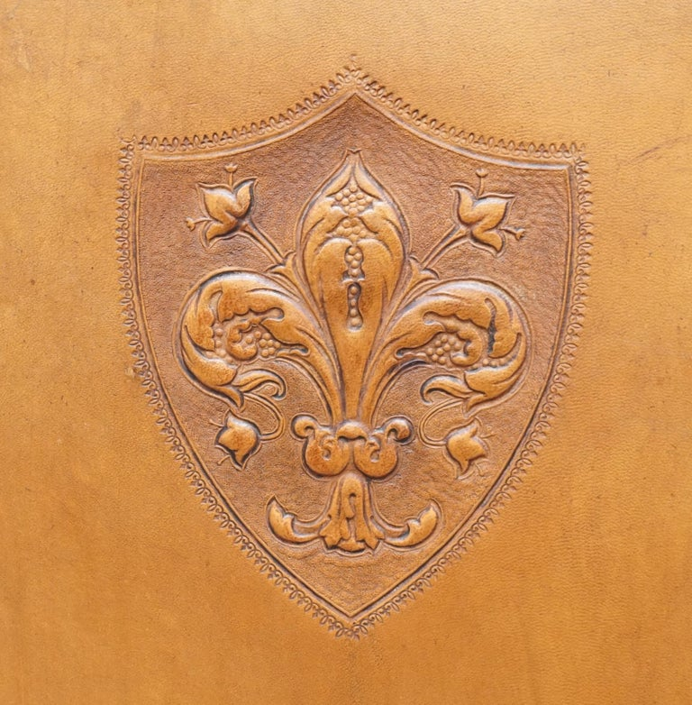 Coat of Arms Armorial Crest Edwardian Oak and Brown Leather Wingback Armchairs In Good Condition For Sale In London, GB