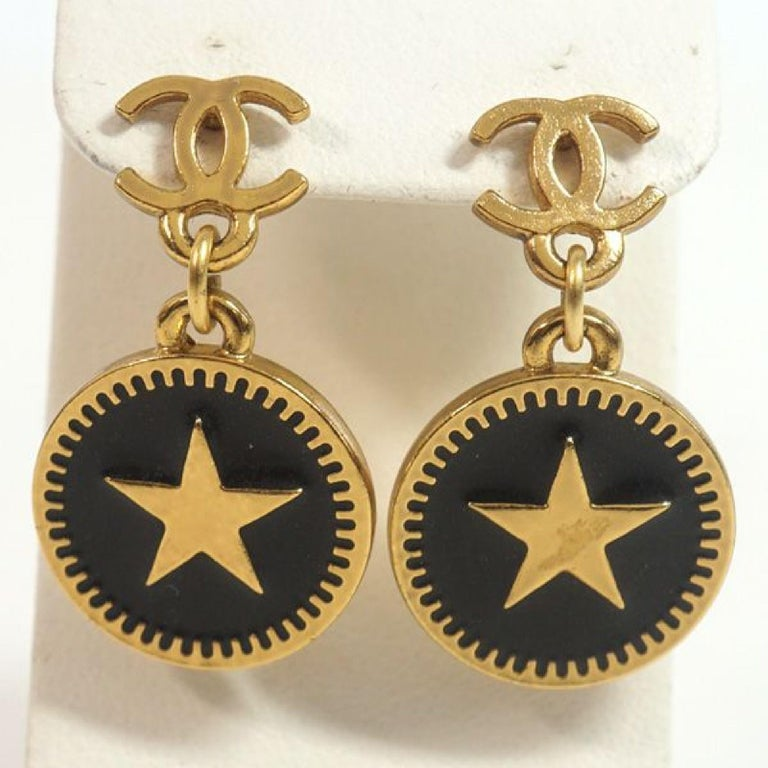 An authentic coco mark  Swing  star GP  Womens  Earrings  gold x black The outside material is GP. This item is Contemporary. The year of manufacture would be 1986. Rank AB signs of wear (Small) Used goods in good condition with signs of wear