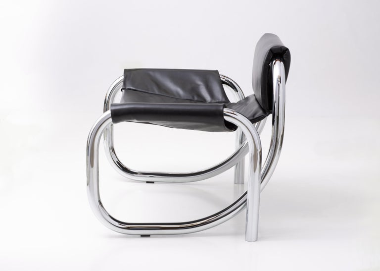 Modern Coda Polished Chrome Frame with Cushioned Black Leather Sling Chair For Sale