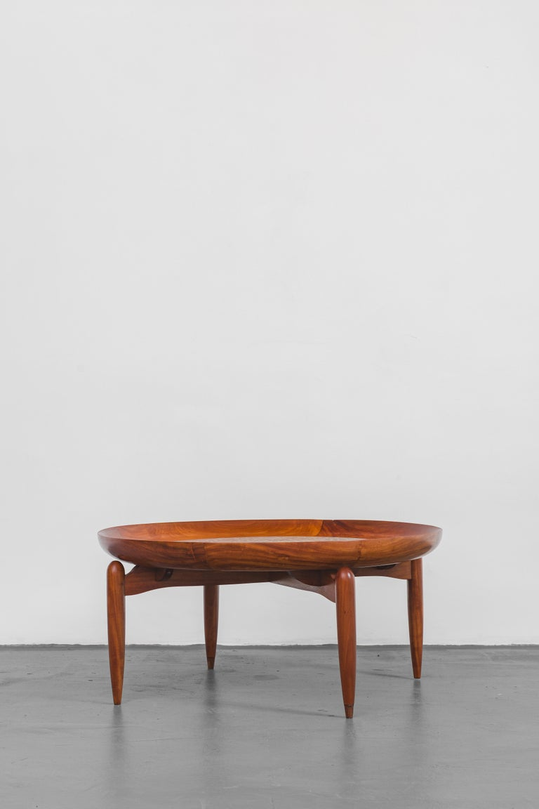 The furniture designed by the Italy-born Brazil-based artist, designer, architect, and businessman Giuseppe Scapinelli (1911-1982) is remarkable. His pieces have smooth curves, thin legs, and delicate metal details: creations marked by an in-depth
