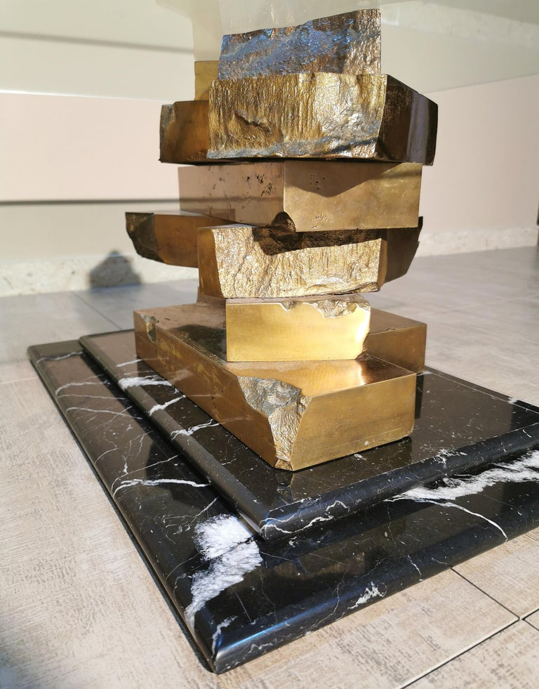 Beautiful and rare sculptural coffee table for living room and of considerable size, by an unknown designer. The coffee table has two rectangular bases of Marquinia marble with a second marble slab superimposed. On them rest two sculptures in solid