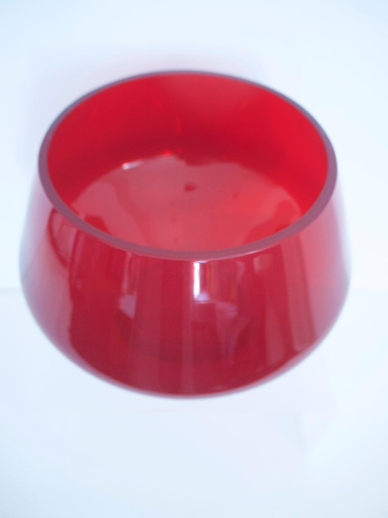 James Powell bought a glass factory in 1834, in the Whitefriars area of London. Originally the company made stained glass, and Industrial glass. Whitefriars began making glass tableware during the 1860s and in 1923, the company relocated to a new