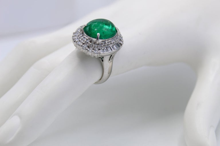 Colombian Cabochon Emerald Diamond Platinum Ring In Excellent Condition For Sale In New York, NY