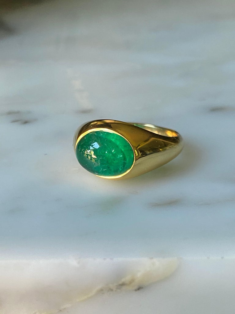 Women's or Men's Colombian Emerald Cabochon Ring in 18 Karat Gold For Sale