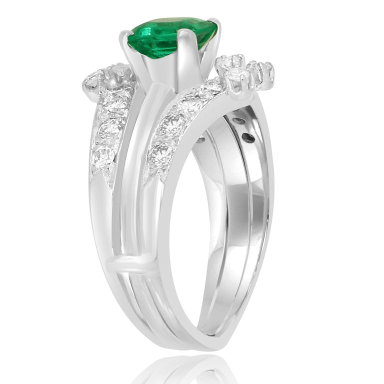 Colombian Emerald Diamond Platinum  Wedding Ring Set In Good Condition For Sale In NEW YORK, NY
