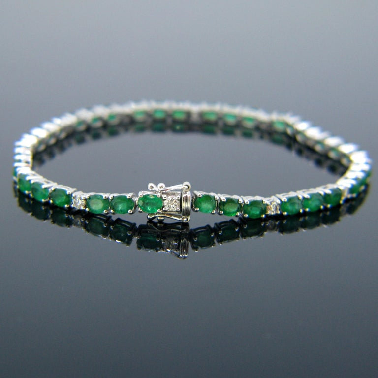 Colombian Emerald Diamonds Tennis Line White Gold Bracelet In Good Condition For Sale In London, GB