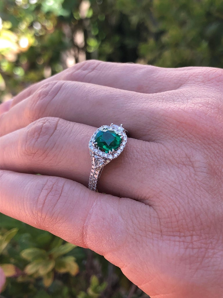 Women's Colombian Emerald Ring Cushion Cut 1.39 Carats For Sale