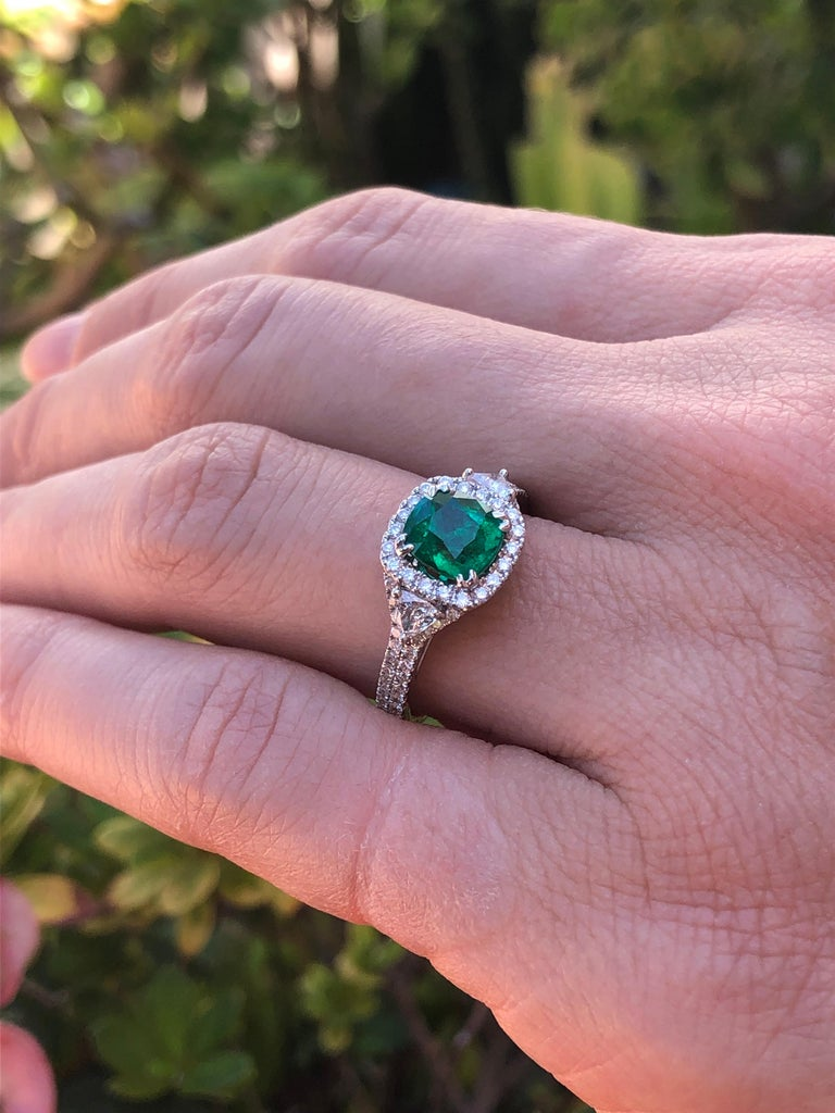 Colombian Emerald Ring Cushion Cut 1.39 Carats For Sale 2