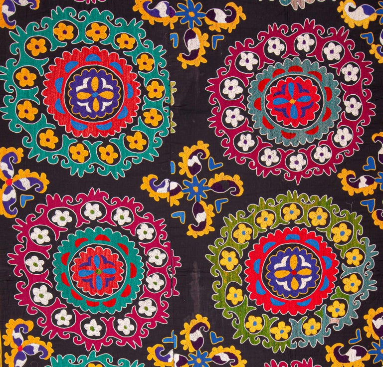 Colorful 1970s Suzani from Uzbekistan, Central Asia In Good Condition For Sale In Istanbul, TR