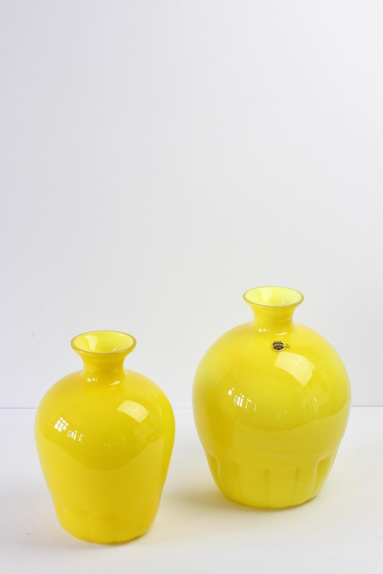 Colorful Cenedese Pair of Yellow Vintage Italian Murano Glass Vases, circa 1990s In Good Condition For Sale In Landau an der Isar, Bayern