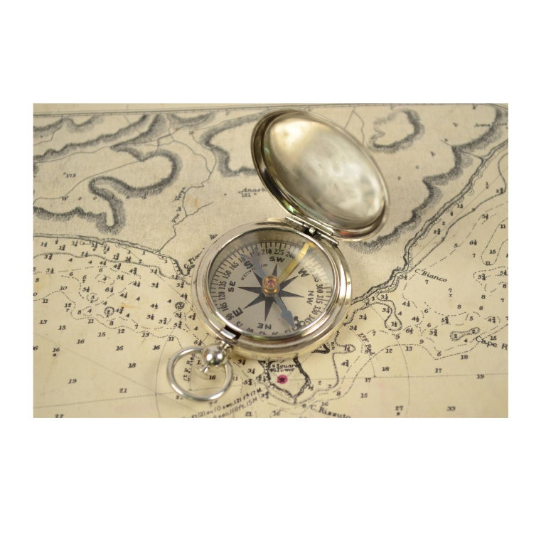 Pocket compass used by the American aviation officers in the 1920s, made of chromed brass in the shape of an pocket watch, signed Wittnauer; on the lower part engraved with MFR's PART N° K1626-2, and U.S. on the cover. The compass has a snap-on